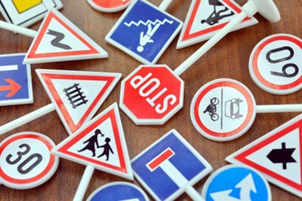 Traffico più sicuro, le cose da fare. Altro che togliere la segnaletica degli autovelox